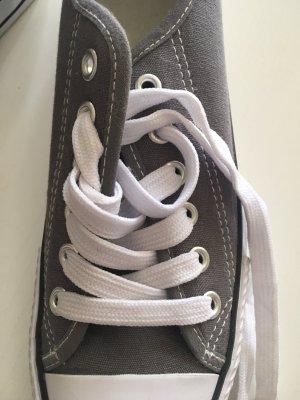 Grau-weiße kurze Chucks