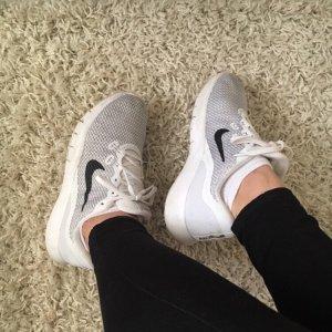 Grau-weiße Nike Schuhe