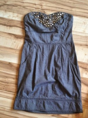 graublaues DIY Nietenkleid