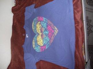 Graublaues T-Shirt mit süßem Herz-Muster