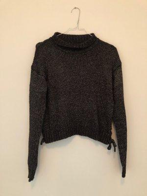 graubrauner Reserved Pullover mit geflochtener Verzierung an der Seite und kleinem Rollkragen