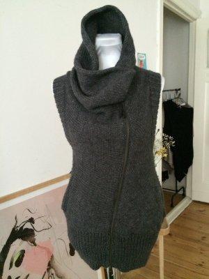 graue asymmetrische Stickjacke aus Wolle