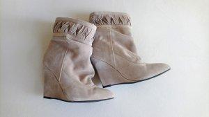 Graue / Beige Wildlederstiefeletten / Keilabsatz / Taupe / Slouch Boots lockerer Schaft