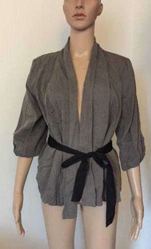graue Blazer-Jacke mit schwarzem Gürtel