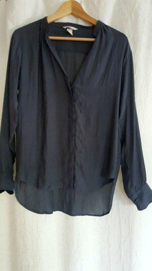 Graue Bluse mit tiefem V-Ausschnitt