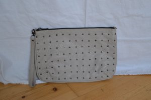 Graue Clutch von H&M mit Nietenapplikationen