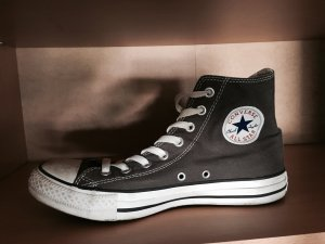 Graue Converse Schuhe