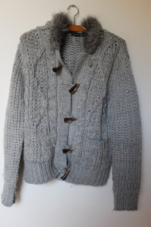 graue, dicke Strickjacke