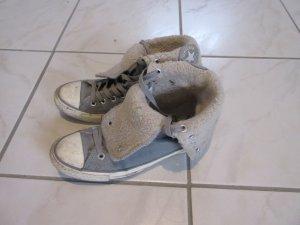 Graue gefütterte Converse Sneakers