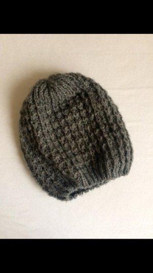 Graue gestrickte Mütze