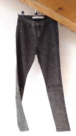 graue high-waist-jeans mit schmalem Schlitz auf Kniehöhe