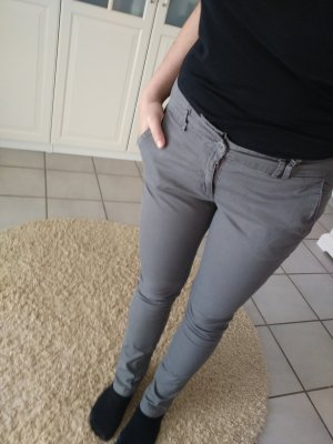 Graue Hose aus leichtem Stoff