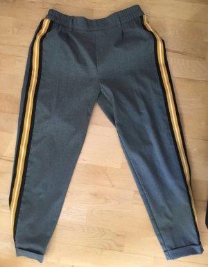 Graue Hose mit gelben Streifen