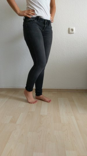 graue Hose von der Marke Mavi
