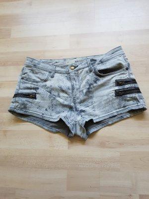 graue Hotpants abzugeben