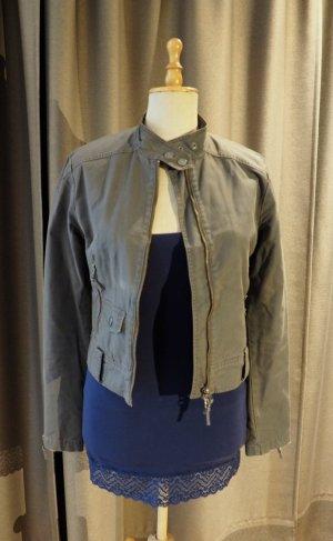 Graue Jacke aus Stoff im klassischen Lederjacken-Schnitt