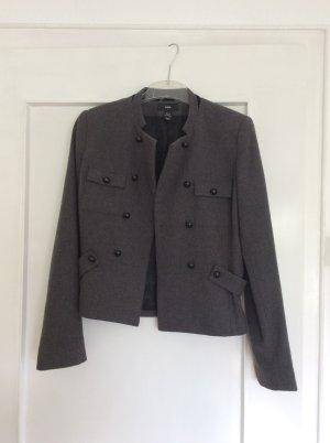 Graue Jacke von H&M mit schwarzen Knöpfen