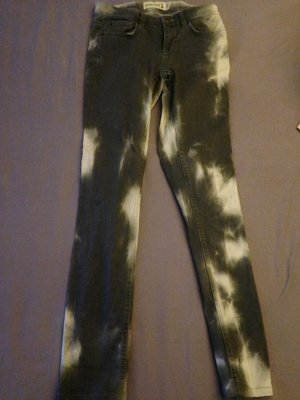 Graue Jeans im Bartik Stil