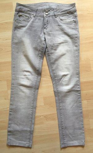 Graue Jeans, leicht verwaschener Look