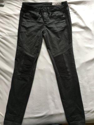 Graue Jeans mit coolen Details