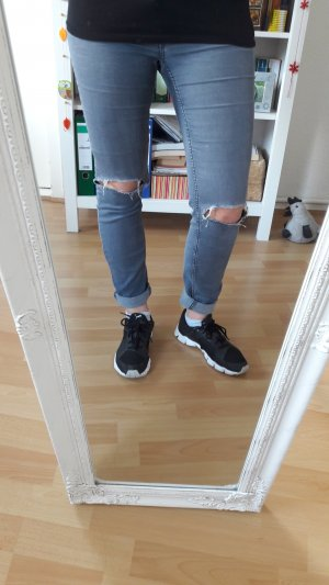 graue Jeans mit cut outs an den Knien