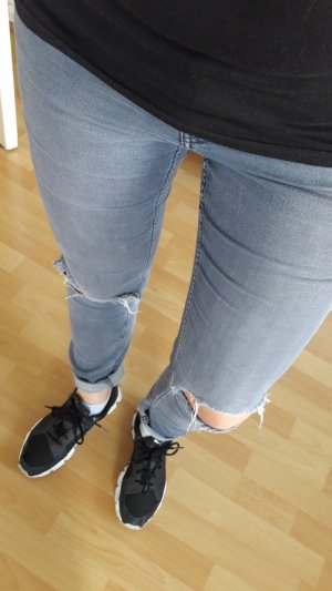 graue Jeans mit cut outs an den Knien Risse ripped