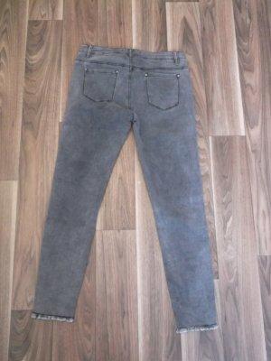 graue Jeans mit Rissen an den Knien, wie Neu