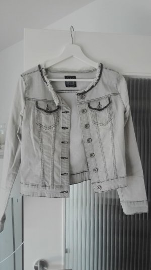 Graue Jeansjacke mit auffälligen Details