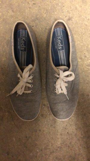 Graue Keds Schuhe
