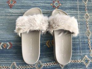 Graue Kunstfell-Sandale