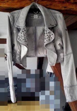 Graue, kurze Jeansjacke im Usedlook
