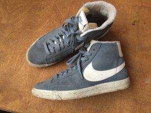 Graue kuschel Nike Sneaker