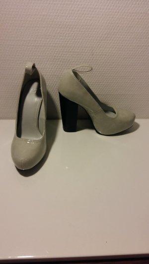graue Lack High Heels mit schwarzem Absatz
