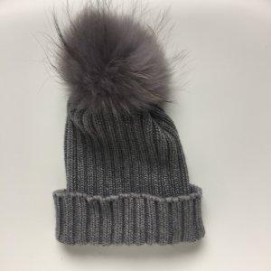 Graue Mütze für den Winter mit echtem Fell