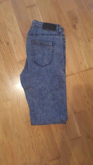 Graue neuwertige Jeans
