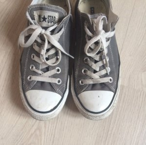 Graue niedrige Converse
