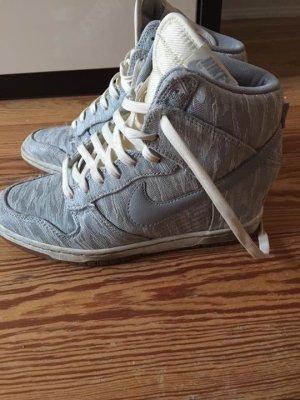 Graue Nike Plateau Schuhe