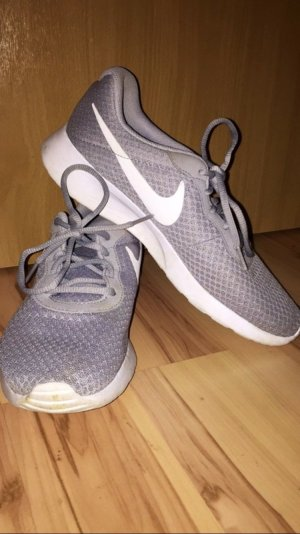 graue Nike Sneaker