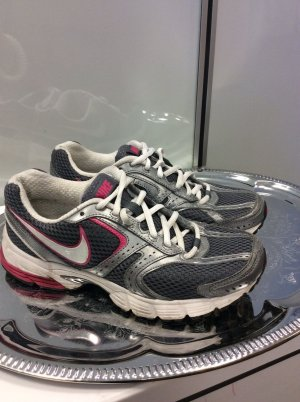 Graue Nike Sportschuhe
