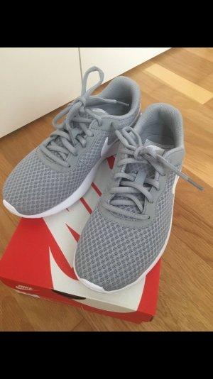 Graue Nike Tanjun Sneaker in 37,5