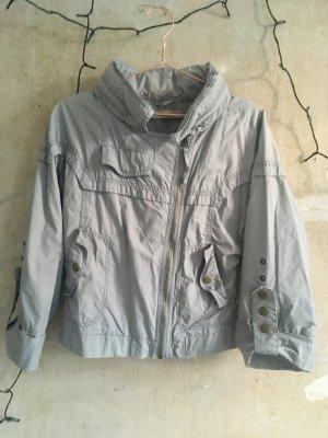 graue Oversize-Jacke mit Culotte-Ärmeln