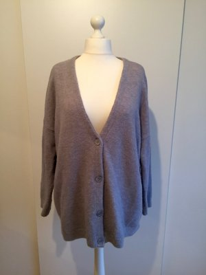 Graue Oversize-Strickjacke