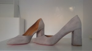 Graue Pumps aus Veloursleder