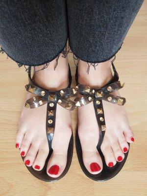 Graue Sandalen mit goldenen Nieten