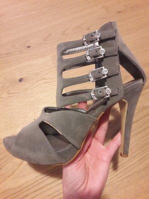 Graue Sandaletten mit Zier-Schnallen