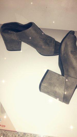 Graue sanfte Schuhe mit Absatz