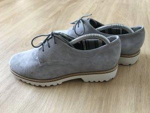 Graue Schnürschuhe mit weißer Sohle