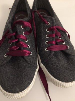 Graue Schuhe mit violetten Schnürsenkel von Ked's
