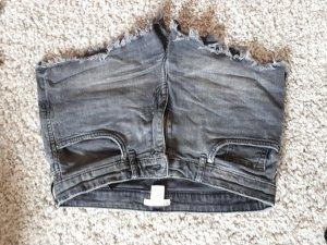 Graue  Shorts mit Fransen