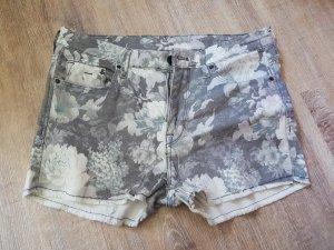 Graue Shorts mit weißem Blumenmuster in Größe36